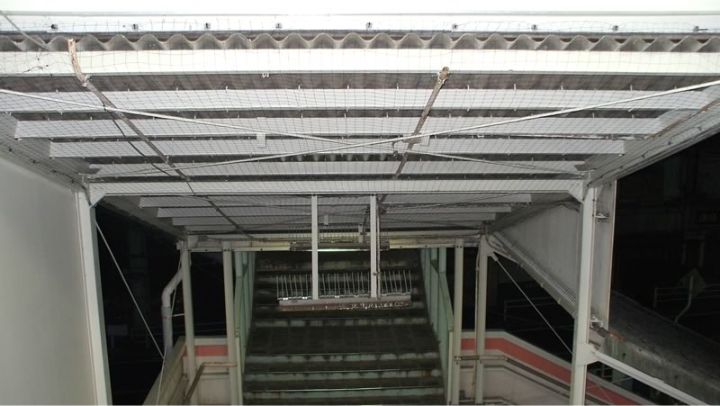 駅構内・階段下